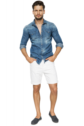 These white shorts are tailor made in a fine wool blend and cut to a slim fit, featuring slash pockets and extended belt loops, perfect for casual wear.