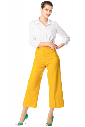 This women's pant is tailor made in a wool blend. It features front pockets and flare legs. It is perfect for all occasions.