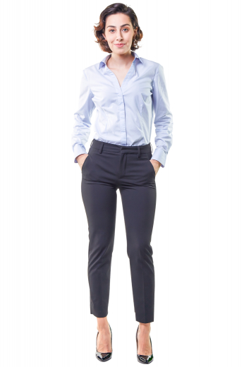 This women's pant suit features front pockets and a standard button closure. It is made to measure in a wool blend, perfect for all occasions.